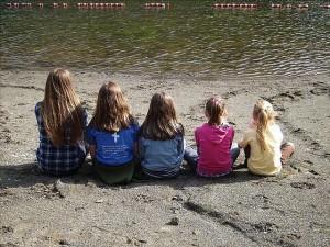 Māsas. Attēls no http://pixabay.com/en/children-girls-sisters-family-14067/
