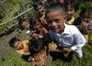 Smaidošie bērni. Indonēzija. Attēls no http://pixabay.com/en/sumatra-indonesia-children-smiling-81491/