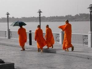 Theravādas budisma mūki no Taizemes. Attēls no http://pixabay.com/en/thailand-monk-buddhism-promenade-181734/