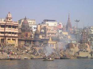 Indija. Līķu kremācija Gangas upes krastos. Attēls no http://pixabay.com/en/india-ganges-holy-river-combustion-372/
