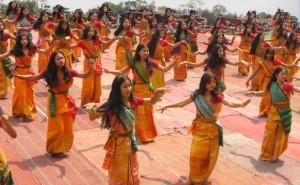 Indiešu meitenes. Attēls no http://pixabay.com/en/bodoland-india-women-girls-dancing-92449/