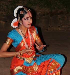 Indiešu dejotāja. Attēls no http://pixabay.com/en/dancer-frauf-tradition-garment-112614/
