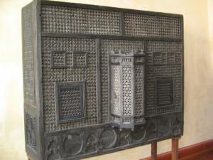Aizslietnis, ko mēdza novietot pie harēma loga. Tas nodalīja Bahčisarajas hana sievas no ārējās pasaules. Aizslietnī ir lodziņi, pa kuriem sievietes varēja iegādāties preces no ielas tirgotājiem. Bahčisarajas pils 2013.g. augustā (Attēls no E.Taivānes fotoarhīva)