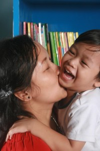 Attēls no http://pixabay.com/en/mother-son-kiss-library-happy-kid-99744/