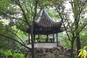 Sudžou dārzs. Ķīna. Ķīnietim daba iemieso jiņ un jan, bet torņi dārzu vidū ir domāti dabas apskatīšanai. Attēls no http://www.yunphoto.net/ru/photobase/yp4308.html