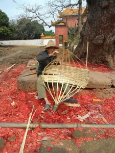 Attēls no http://pixabay.com/en/hainan-china-man-basket-weaving-91688/