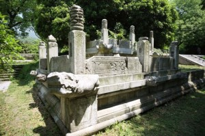 Min un Cin dinastiju valdnieku kapenes Nankinā. Ķīna. Attēls no http://www.yunphoto.net/ru/photobase/yp7061.html