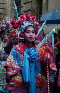 Ķīniešu jaunā gada svinības Parīzes ielās. Attēls no http://pixabay.com/en/paris-france-chinese-new-year-93531/
