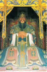 Konfūcija statuja Cuifu templī (no ķīniešu atklātnes)