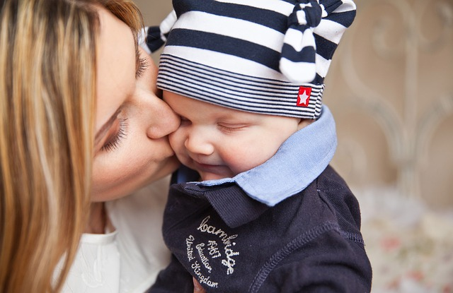 Attēls no http://pixabay.com/en/baby-baby-with-mom-mother-kiss-165067/