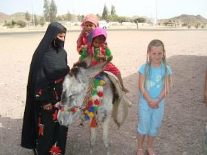 Ēģiptiete ar bērniem un eiropiešu meitene, 2012.g. pavasarī (attēls no Linas Skaisgirienes fotoarhīva)