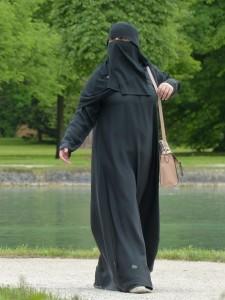 Sieviete burkā. Attēls no http://pixabay.com/en/burka-woman-muslim-girl-117519/