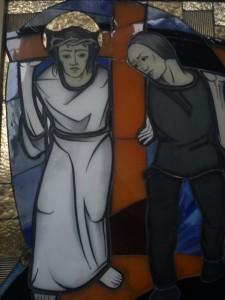 Sīmanis palīdz Jēzum nest krustu. Attēls no krusta ceļa stacijām Ikšķiles karmelīšu klostera baznīcā. No E.Taivānes fotoarhīva