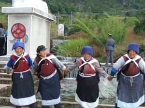 Ķīniešu sievietes. Attēls no http://pixabay.com/en/china-women-plants-grass-86918/