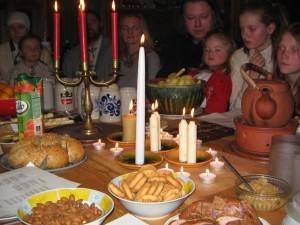 Veļu mielošana Mazsalacas Ģendertos 2012.g. novembrī. Ēdieni un sveces. Attēls no E. Taivānes fotoarhīva