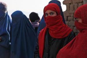 Afgāņu meitene burkā. Attēls no http://pixabay.com/en/afghanistan-girl-burqa-ceremony-60641/