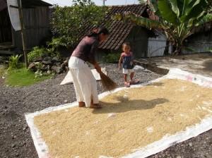 Indonēziešu sieviete ar bērnu. 2008.g. Attēls no L.G. Taivana fotoarhīva