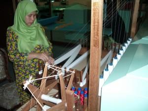 Indonēziešu sieviete pie darba. 2006.g. Attēls no L.G. Taivana fotoarhīva